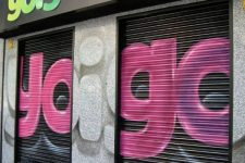 Las tiendas Yoigo denuncian que tienen al enemigo en casa